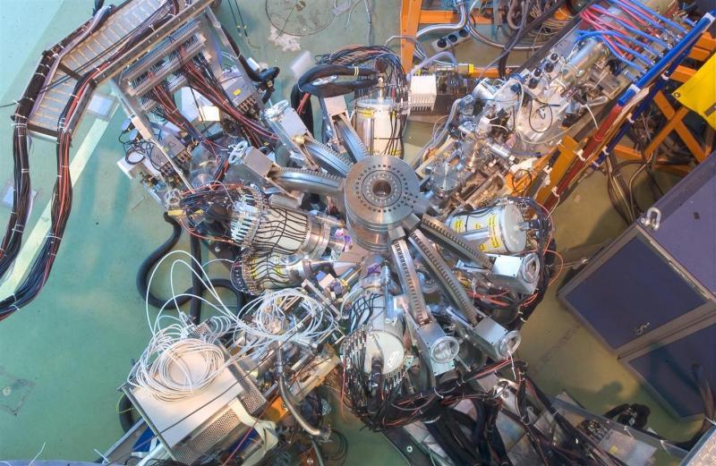 Resultado de imagen de Evento de colisión de 7 TeV visto por el detector LHCb. El experimento del LHCb en el LHC estará bien ubicado para explorar el misterio de la antimateria