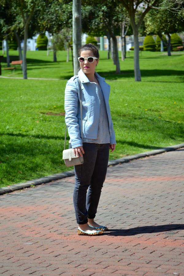 look_cazadora_azul_bebe_clon_zara_primark_bailarinas_leopardo_lolalolailo_06