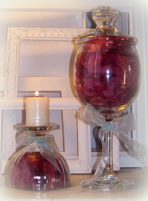 Arreglo floral en copas de vidrio con flores secas de Santa Rita.