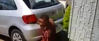 Αυτός ο άνδρας κάνει σεξ με την εξάτμιση αυτοκινήτου…