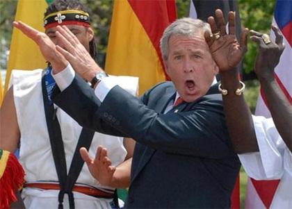 Cựu Tổng thống Mỹ George W. Bush cũng không thiếu những pha chọc cười thú vị