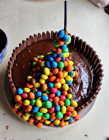 Une astuce d\u0027un de mes lecteurs  posez la paille à plat, collez les bonbons  et laissez durcir au réfrigérateur avant de la planter dans le gâteau,