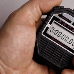 main qui tient un chronomètre électronique
