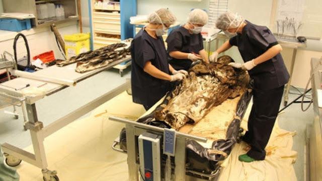 العثور على جثة امرأة ارستقراطية دفنت مع شيء لا يخطر على البال !!
