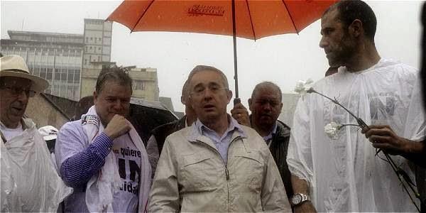 Uribe marchando