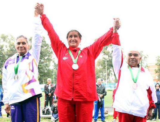 Adulto mayor ganando competencia deportiva.