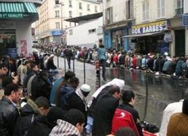 Ketahuan Shalat di Jalanan Paris, Bakal Ditahan