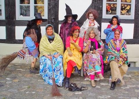 Gente disfrazada de brujas para subir al Brocken y celebrar la Noche de Walpurgis