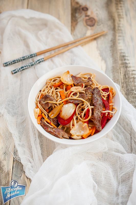 Makaron smażony z wołowiną po azjatycku