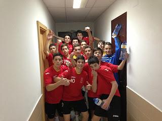 Los cadetes de balonmano celebran su reciente victoria