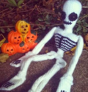 http://translate.google.es/translate?hl=es&sl=en&tl=es&u=http%3A%2F%2Fdoslacrochets.tumblr.com%2Fpost%2F62929687921%2Fspooky-scary-skeleton-pattern