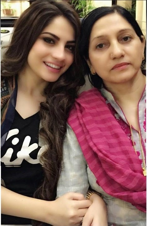 Neelum Muneer With Her Mother Exclusive Photo