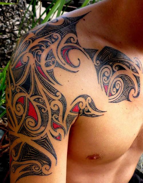 tatuaje tribal hombro negro y rojo
