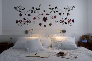 Adesivo de parede na cabeceira da cama