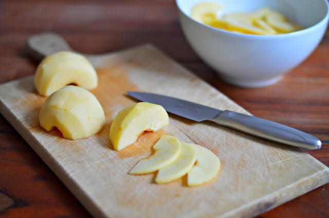 Äpfel schälen und in Scheiben schneiden