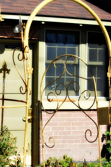 iron gate, rusty, small town, http://bec4-beyondthepicketfence.blogspot.com/2015/10/small-town-thrifting.html