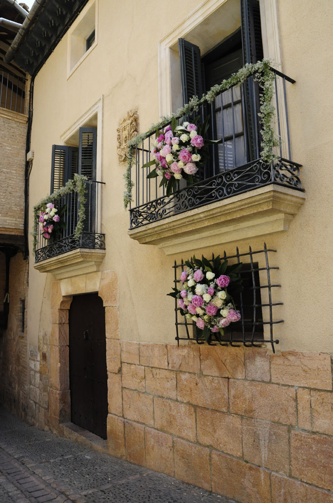 fachada decorada con flores edificio antiguo
