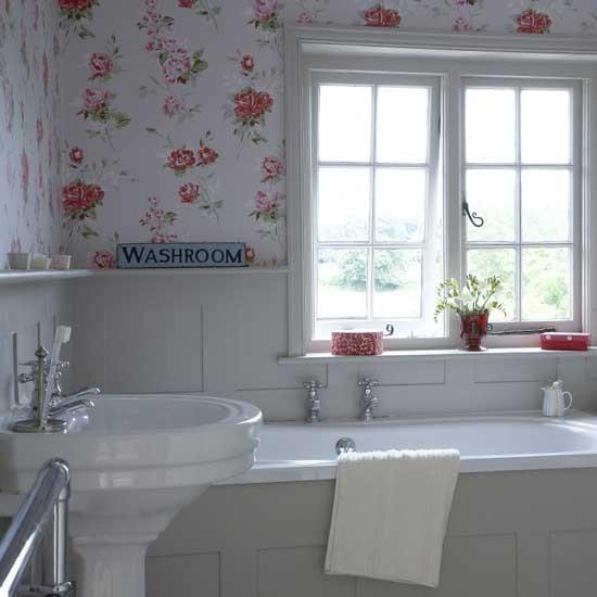 Цветочная маленькая ванная комната с окном