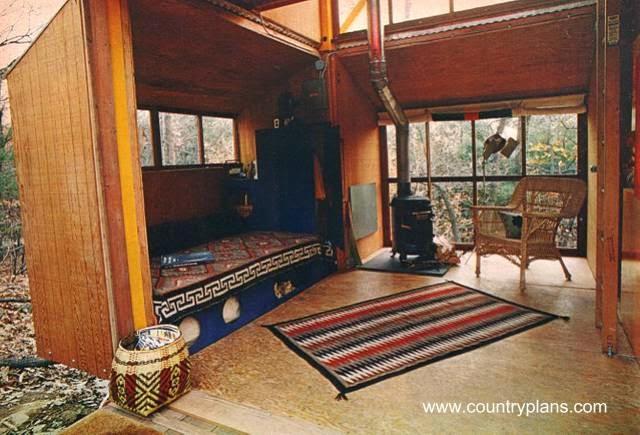 Interior de cabaña de madera sujeta con bulones