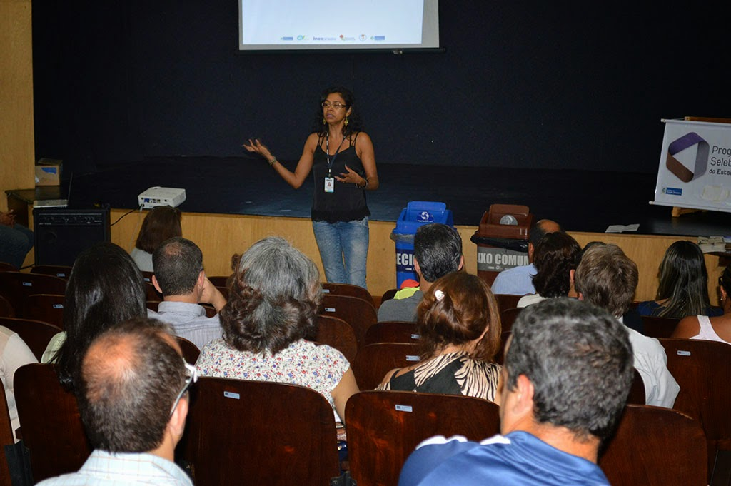 Assessora do Inea, Rose Alves, fala sobre como é feita a separação dos materiais recicláveis e quais tipos de materiais podem ser reciclados