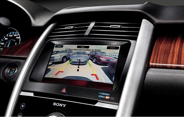 Ford Edge - Câmera de ré com visão traseira, alta tecnologia em três níveis de zoom e sinalizador colorido de proximidade
