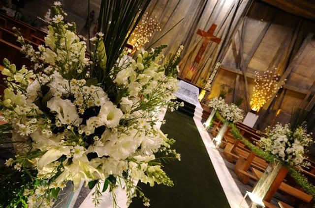 Decoração de casamento: flores brancas na igreja e folhagens verdes