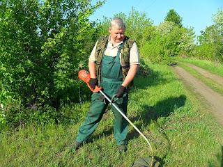 Выкашиваю траву