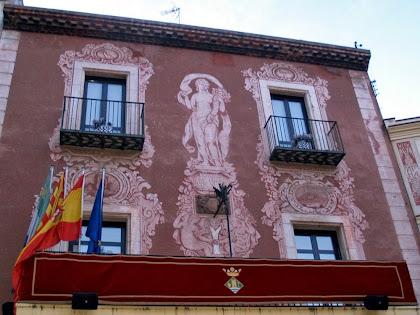 Façana de l'Ajuntament de Martorell decorada amb esgrafiats de Ferran Serra al·legòrics a la deessa de l'abundància i als rius Anoia i Llobregat
