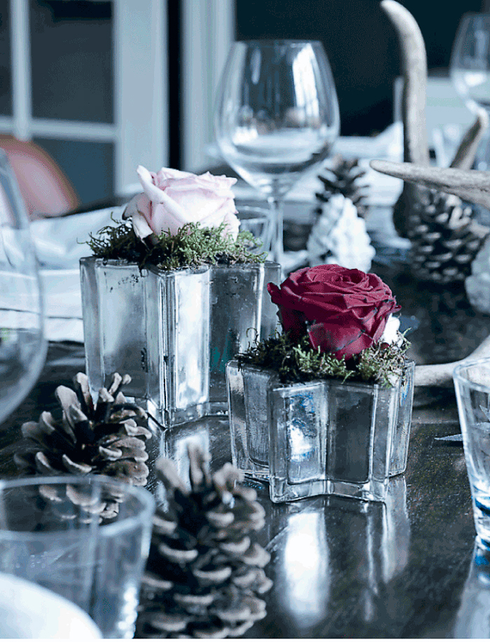 Velas flores piñas centro de mesa de Navidad decorada