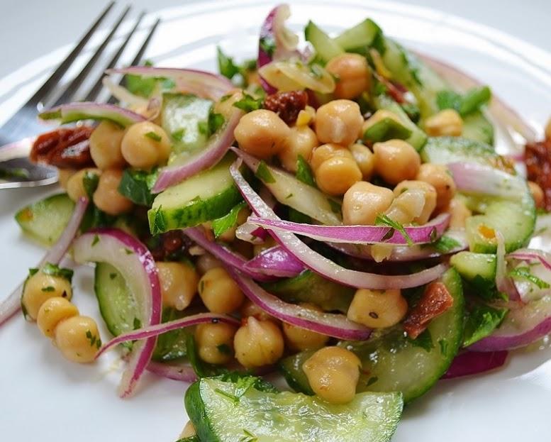 Salada de Grão-de-Bico, Pepino, Salsa e Tomate Seco (vegana)