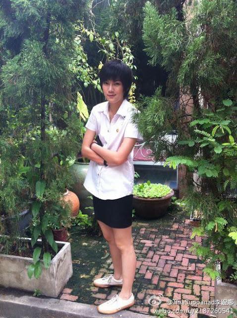 Tina memakai rok seragam rangsit university