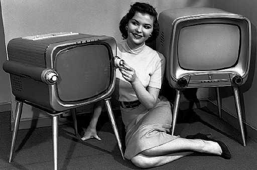 Eski televizyonlar ve bir kadın tv reklamı yapıyor