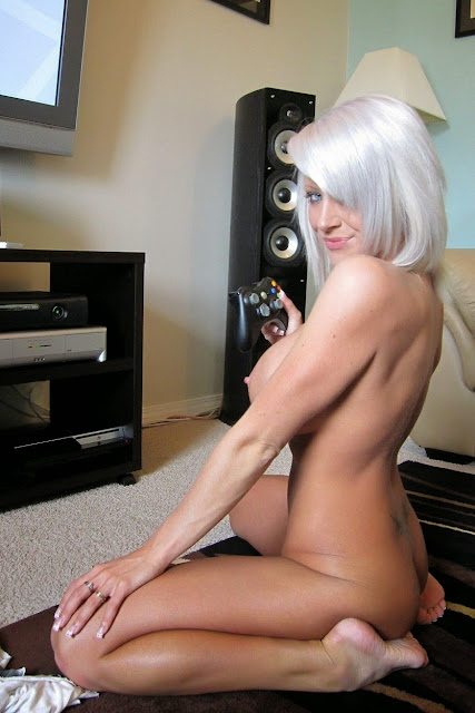 FotosNua.Com loira gostosa pelada mostrando a xoxota