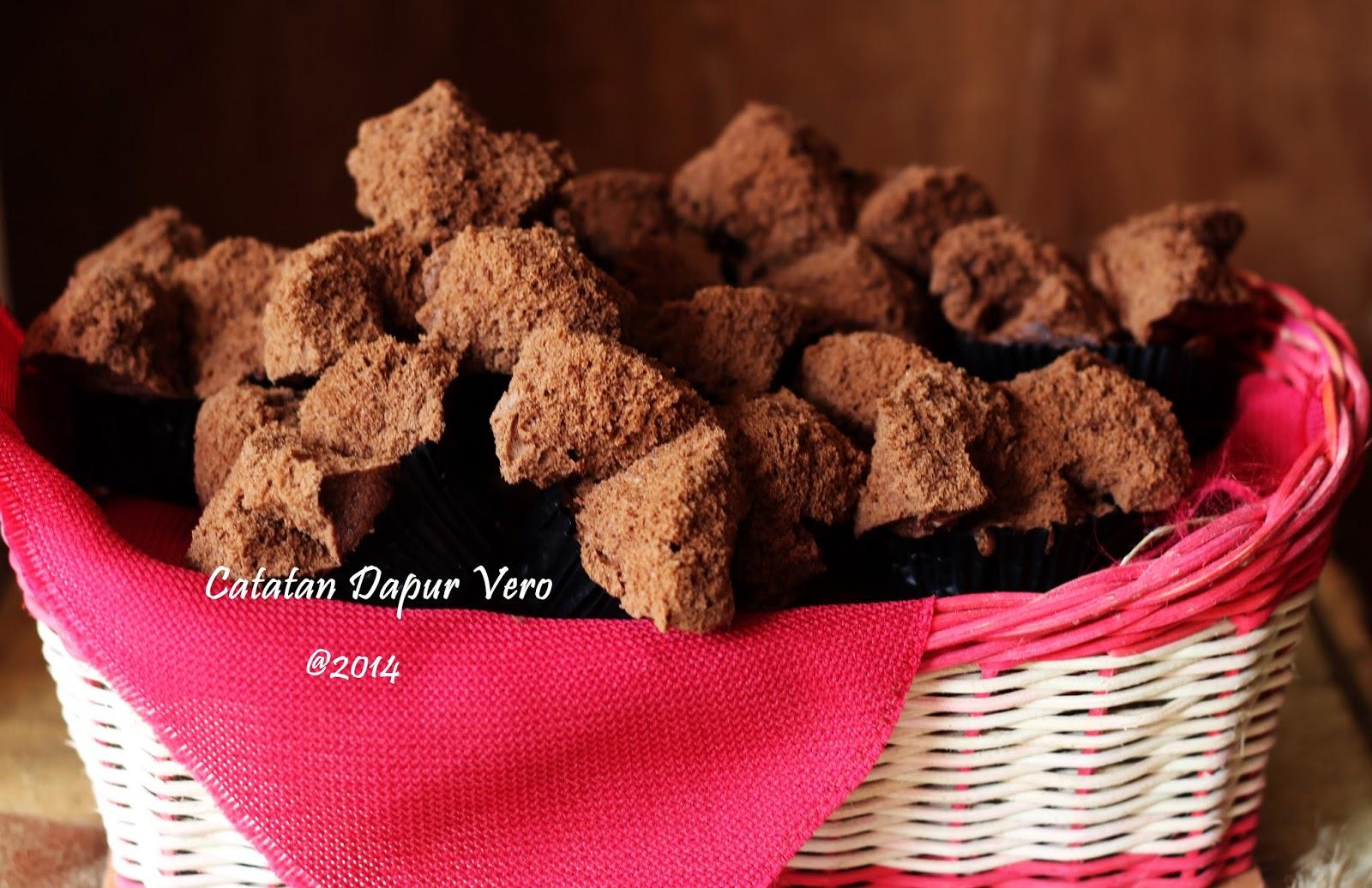 "<img src=""Brownies mekar ny liem.jpg"" alt=""brownies mekar ny liem"">"