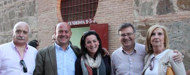 Un sonriente Arturo García-Tizón -segundo por la derecha- en una corrida benéfica contra el cáncer infantil