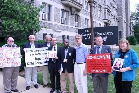 Site devant la Cathédrale de Washington en support de victimes de Pédophilie