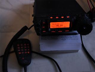 DTMF mic med belysningen. Det mesta går att styra från denna MH.59 mic. Yaesu FT-857 med behaglig orange färg. Inställd på RV 62 som är Västerås repeatern på 145 mHzbandet.