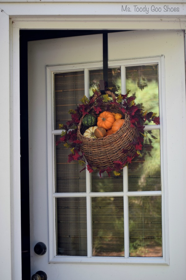 DIY Hanging Door Basket An easy way to add some fall color to your door : door basket - Pezcame.Com
