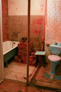 основание стены между туалетом и ванной комнатой
