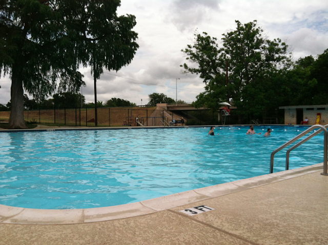 Rosewood park splash pad pool playground free fun in austin for Hudson swimming pool timetable