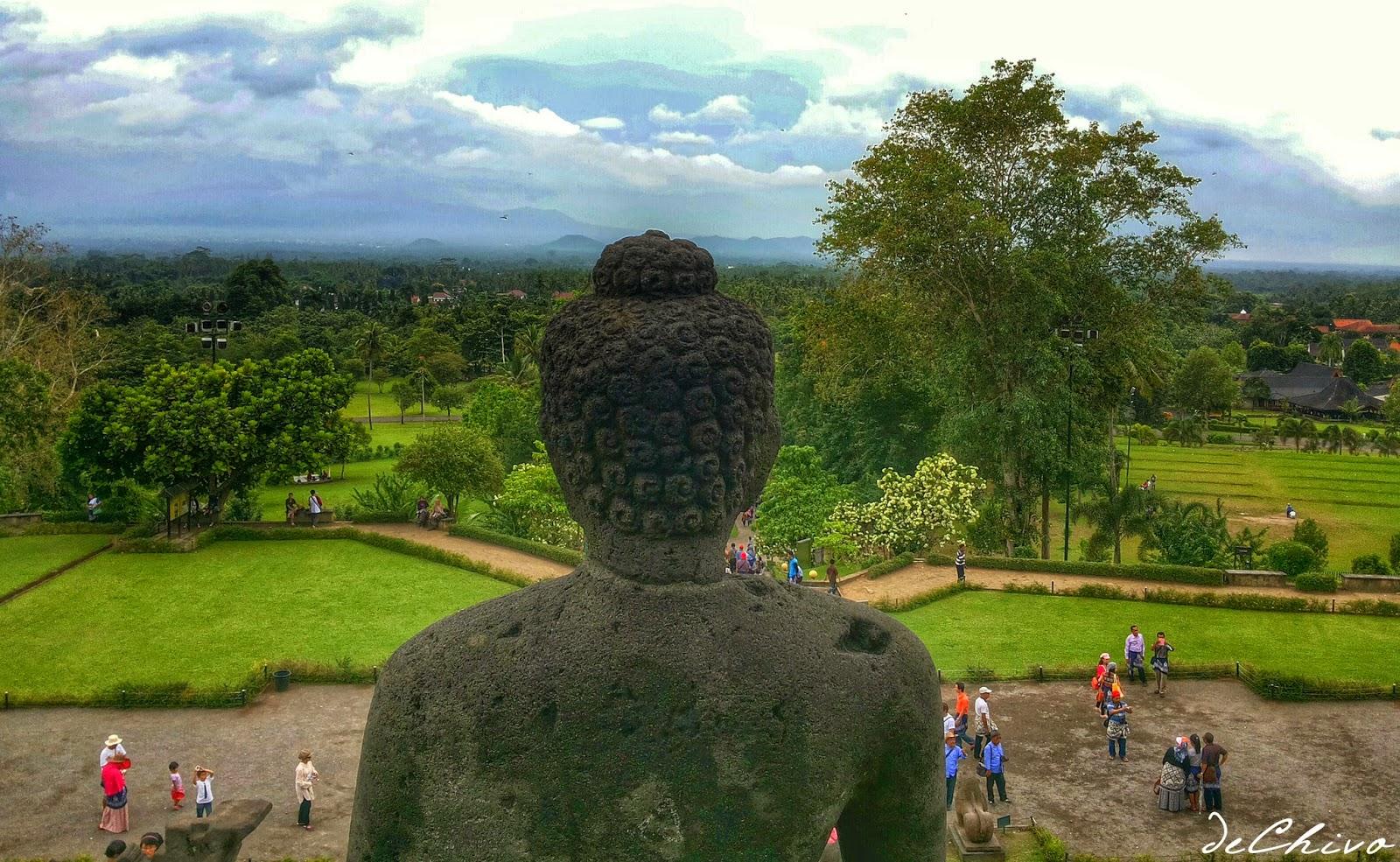 Patung Budha dan Pemandangan Alam di Candi Borobudur