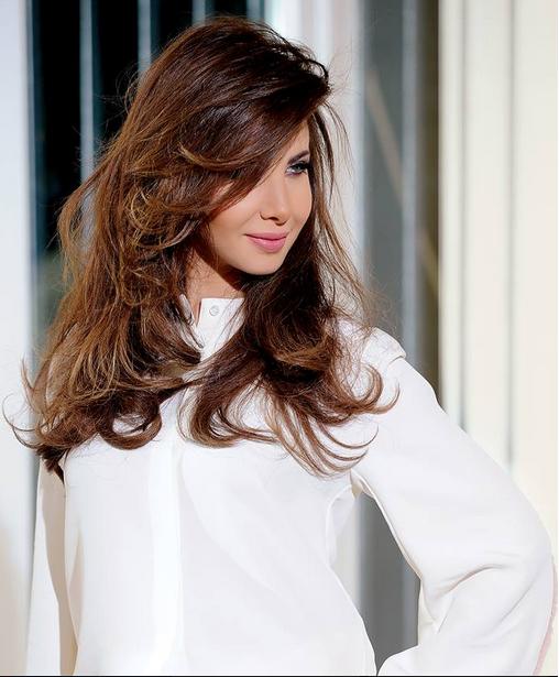 المغنية نانسي عجرم في البحر بالمايو رفقة الممثل حسين فهمي