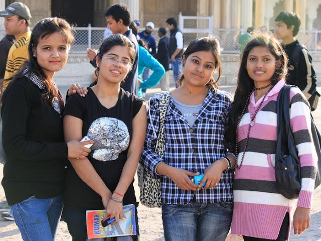 молодые индуски студентки