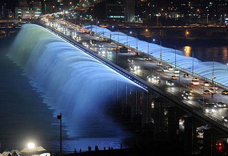 Великолепный фонтан из моста