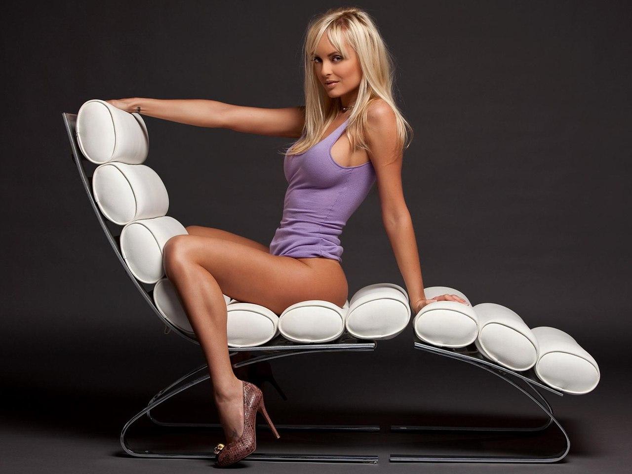 Секси женщина на стуле фото смотреть 12 фотография