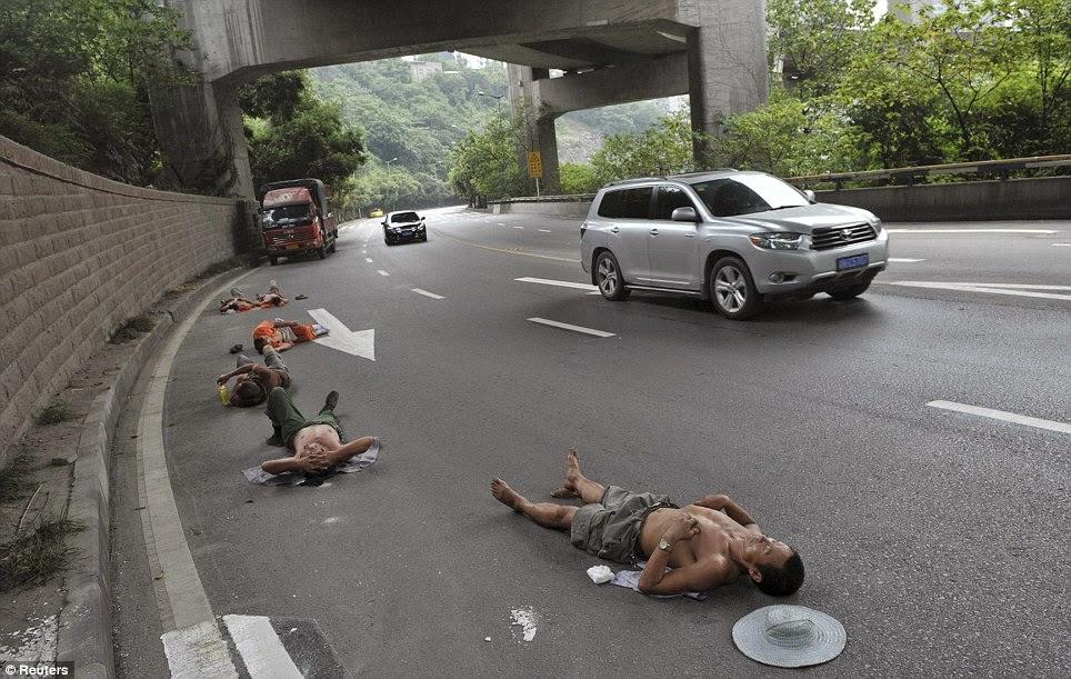 Trabajadores chinos durmiendo en una autopista. Foto: Reuters.