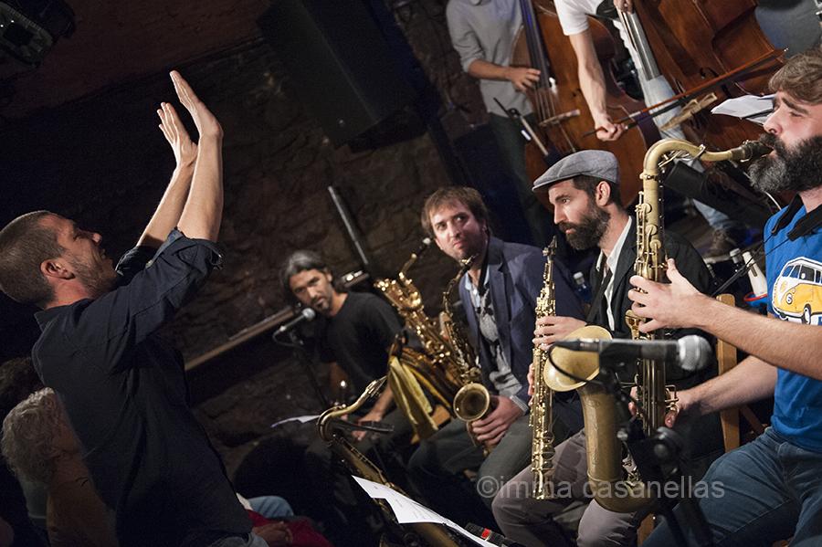 Iván González (dirigint) i, d'esquerra a dreta, Valentín Murillo, Oriol Fontclara, Tom Chant i Albert Cirera (Jamboree Jazz Club, Barcelona, 20-10-2015)