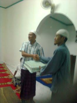 Kenang-kenangan Pengurus Muhammadiyah Panarukan Situbondo Jatim Yang diterima Oleh Pengasuh Panti