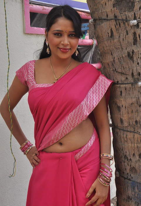 nijam nizhalagirathu unknown deep remove her saree in shooting spot latest photos