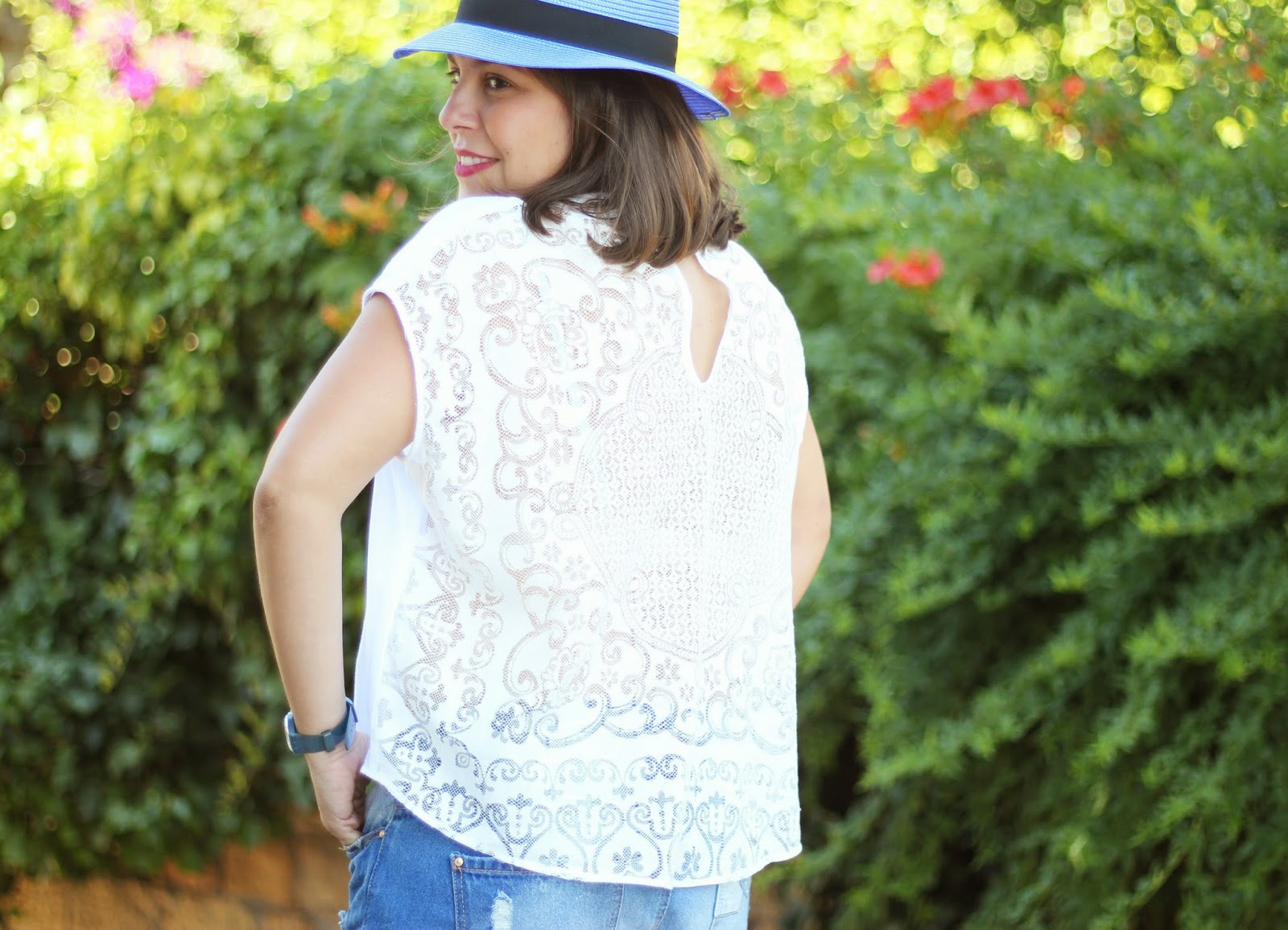 photo-look-street_style-denim_shorts-white_shirt-blue_hat